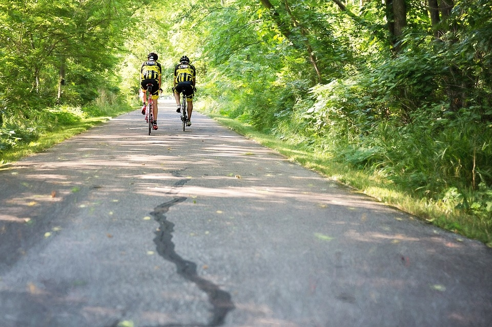 two-men-on-bicycles-1509960_960_720
